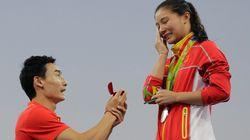 중국 다이빙 선수, 메달 수여식이 끝난 뒤 은메달을 딴 허쯔에게 프러포즈 했다(사진,