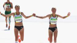 독일의 쌍둥이 자매가 손을 맞잡고 결승선을