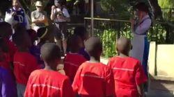 아프리카 소년들이 디즈니랜드의 배우를