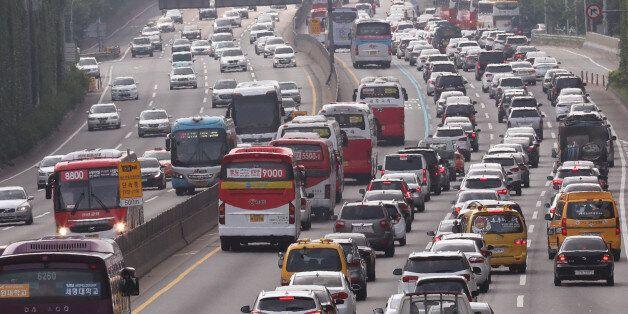 본격적인 휴가철을 맞은 7월 31일 오전 11시께 경부고속도로로 들어가려는 차량들이 서울 반포대로에서 극심한 정체를 빚고