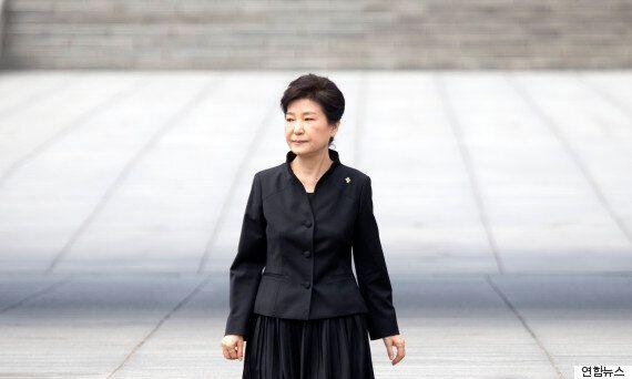 '고난을 벗삼아'는 박근혜 대통령의 18년 단골 레파토리였다