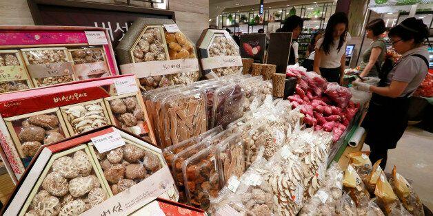 28일 서울의 한 백화점에 고가의 버섯선물세트가 판매되고