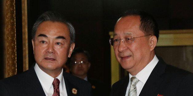 25일 오후(현지시간) 라오스 비엔티안 국립컨벤션센터(NCC)에서 열린 북-중 양자회담 시작 전 중국 왕이 외교부장(왼쪽)이 북한 리용호 외무상을 맞이하러 문 밖으로 나와 악수를 하고