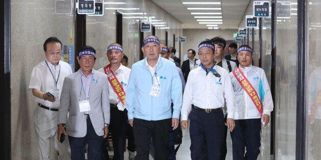 김항곤 성주군수(앞줄 왼쪽 세번째)가 21일 오후 국회를 방문해 새누리당 이완영 의원, 사드 투쟁위 대표들과 정진석 원내대표실로 향하고