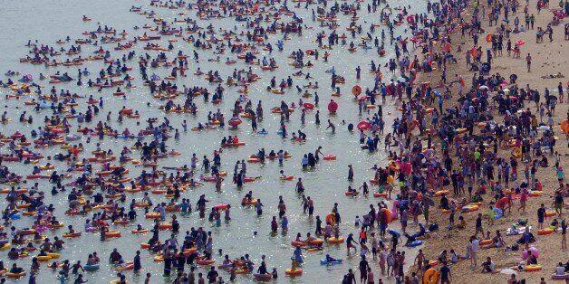 흡사 '월리를 찾아라'를 연상시키는 성수기 해운대 해수욕장의