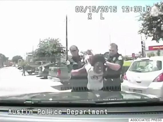 미국 백인 경찰이 흑인 여성을 '내동댕이' 치는 영상이 공개되다