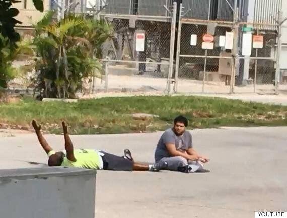 무장하지 않은 흑인 남성이 거리에 누워 손을 들고 있다가 경찰의 총에