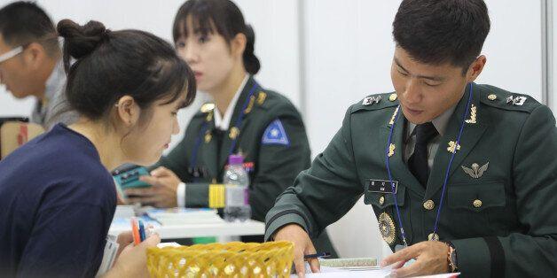 28일 오전 서울 강남구 삼성동 코엑스에서 한국대학교육협의회 주최로 열린 '2017학년도 수시 대학입학정보박람회'에서 한 수험생이 육군사관학교 부스에서 상담을 받고