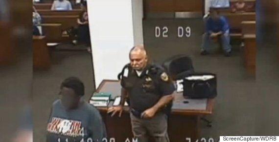 판사가 죄수에게 '비인간적인 조치'를 사과한 이유는 옷