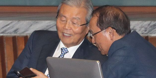 더불어민주당 김종인 비상대책위 대표가 27일 오후 국회 본회의에서 최운열 의원과 대화하고