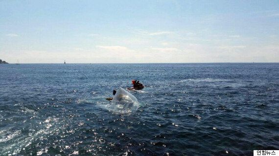 부산 해운대 앞바다에 '대북 삐라' 운반용 대형 풍선이 떨어졌다