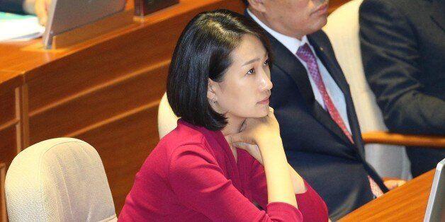 리베이트 수수 의혹을 받는 국민의당 김수민 의원이 4일 오전 국회 본회의장에서 대정부 질문을 보고