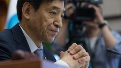 한국은행이 성장률 전망을 재차 하향조정하면서 기준금리를