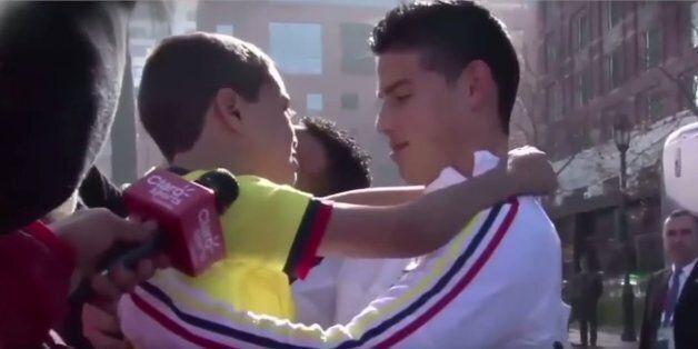 자신의 축구 영웅을 만난 아이들은 눈물을
