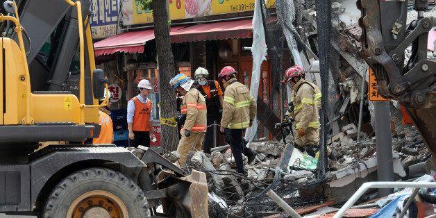 18일 오후 붕괴사고가 발생한 서울 홍은동의 한 건물 잔해 위에 소방대원들이 실종자 수색작업을 벌이고