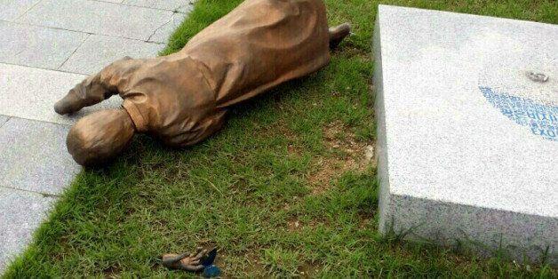 광주시청 앞에 설치된 평화의 소녀상이 9일 오후 넘어져 바닥에 나뒹굴고 있다. 이날 사고로 손목이 분리된 소녀상은 지난 3월에도 한 차례 쓰러진 적
