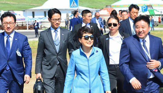 모처럼 환하게 웃은 박 대통령은 몽골에서 잘 지내고