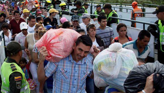 식량을 구하려 베네수엘라 국민들이 국경을