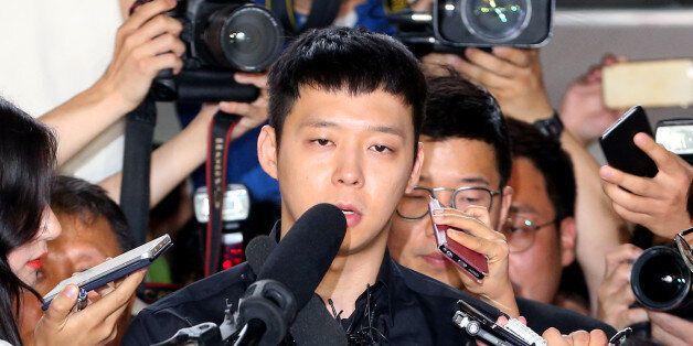 가수 겸 배우 박유천이 30일 오후 성폭행 피의자 신분으로 조사를 받기 위해 서울 강남경찰서로 들어서고