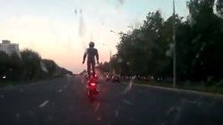 러시아 도로에 서서 오토바이를 타는 사람이