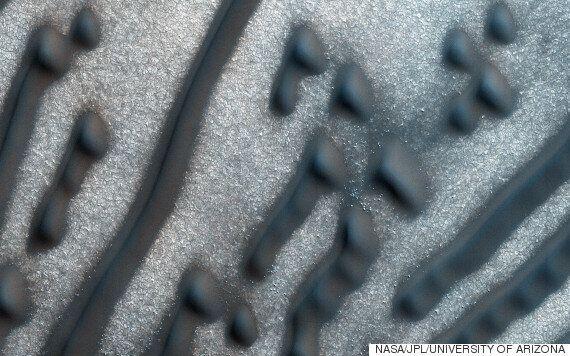 화성 모래 언덕에서 모르스 부호로 보이는 무늬가