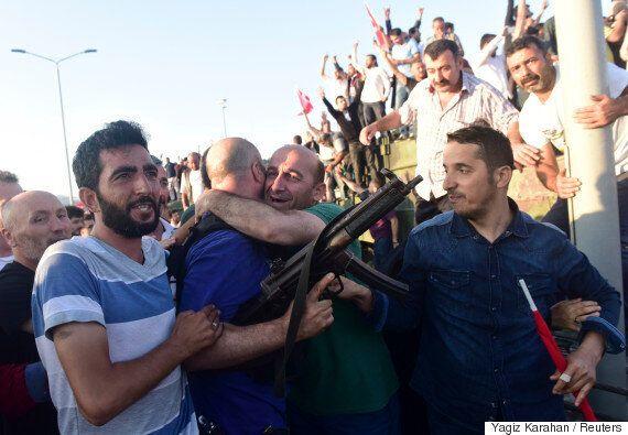 터키 쿠데타 군인들이 투항하기