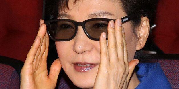 박근혜 대통령이 2014년 1월 3D 안경을 착용하고 영화를 보는 모습. 이 사진은 기사의 내용과 별 관계