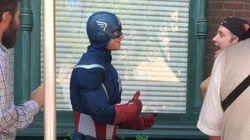 디즈니랜드의 캡틴 아메리카에게 청각장애인이 수화로 말을