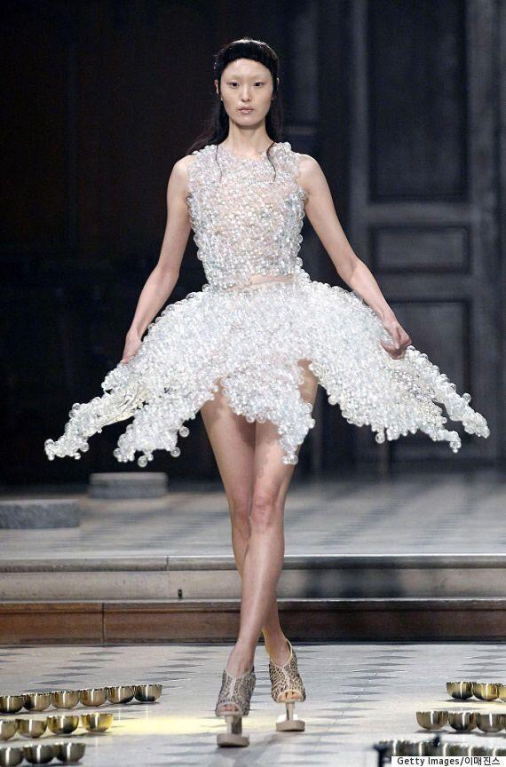 이 드레스는 수천 개의 유리 구슬로