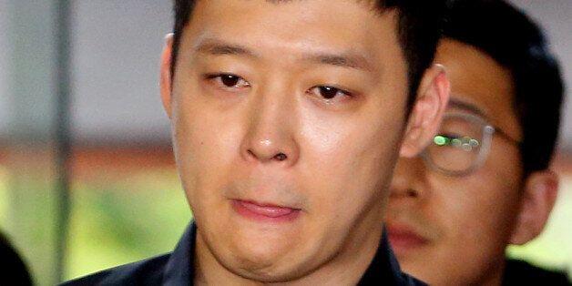 가수 겸 배우 박유천이 6월 30일 오후 성폭행 피의자 신분으로 조사를 받기 위해 서울 강남경찰서로 들어서고