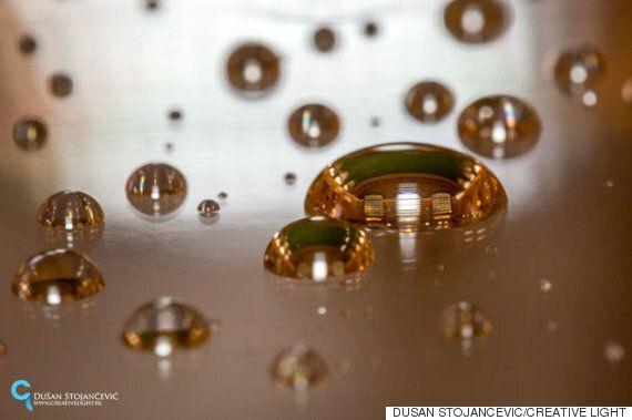 이 사진작가는 물방울 안에 비친 세상을