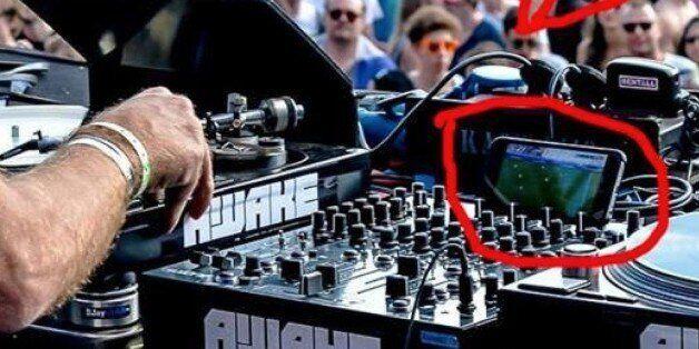 이 DJ는 유로2016을 보면서 디제잉을