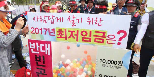23일 오후 정부세종청사 고용노동부 앞에서 열린 한국노총 최저임금 1만원 쟁취 집회에서 참가자들이 퍼포먼스를 하고