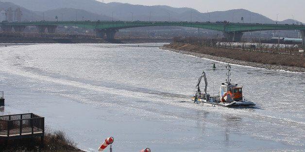 1월 25일 오후 인천 아라뱃길에서 한국수자원공사 소속 배가 쇄빙작업을 하며 운행을 하고