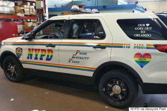 뉴욕 경찰이 LGBT 퍼레이드를 '지키기 위해' 무지갯빛으로 차를