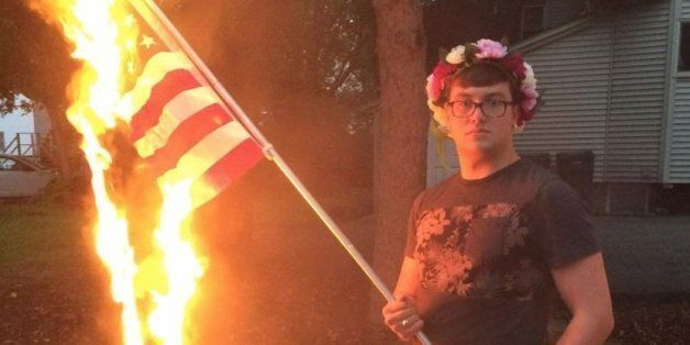 미국 독립기념일에 성조기를 불태운 남자를 체포한 것은 명백한