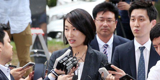 국민의당 김수민 의원이 총선 홍보비 리베이트 의혹과 관련해 조사를 받기 위해 23일 서울 마포구 서부지검으로 출석하던 중 취재진의 질문을 받고