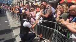 런던 게이 프라이드 행진에서 경찰들이 갑자기 멈춰선