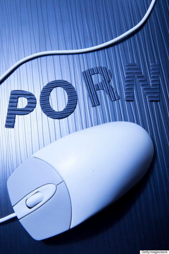 이 포르노 사이트는 고객들이 자위할 때마다 기부를 할