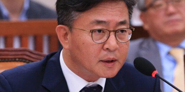 홍용표 통일부 장관이 27일 오전 국회에서 열린 외교통일위 전체회의에서 의원들의 질의에 답하고