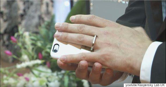 자신의 스마트폰과 결혼식을 올린 남자가