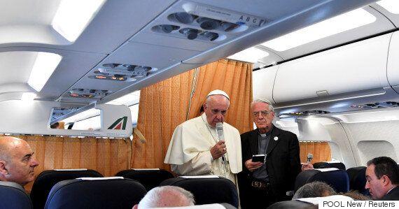 프란치스코 교황은 가톨릭이 게이를 차별한 것에 대해 사과해야 한다고