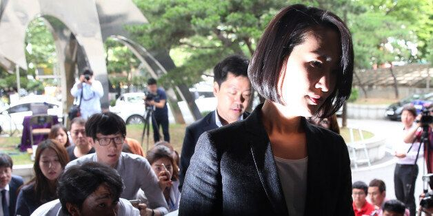 국민의당 김수민 의원이 총선 홍보비 리베이트 의혹과 관련해 조사를 받기 위해 23일 서울 마포구 서부지검으로 출석하고