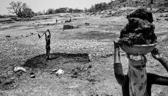 가뭄으로 인도의 땅은 메마르고, 농부들은
