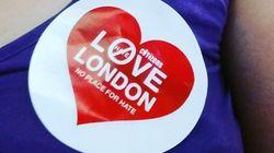 런던 시민들이 하트 모양 스티커를 나눠주기