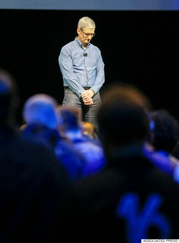 애플 CEO 팀 쿡은 세계 개발자 대회 시작에 앞서 묵념을