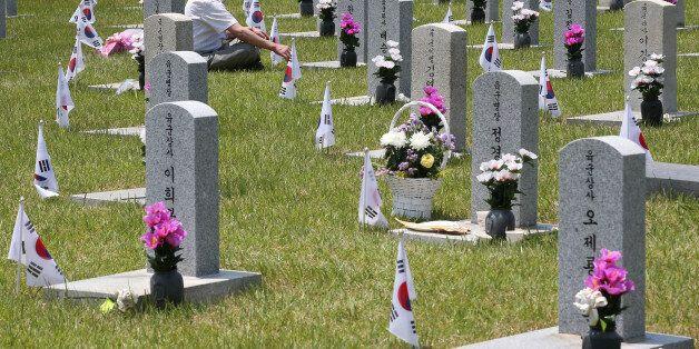 현충일을 하루 앞둔 5일 서울 동작구 국립현충원을 찾은 시민들이 묘역을 참배하고