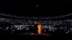 아델이 콘서트 중 무지개 깃발을