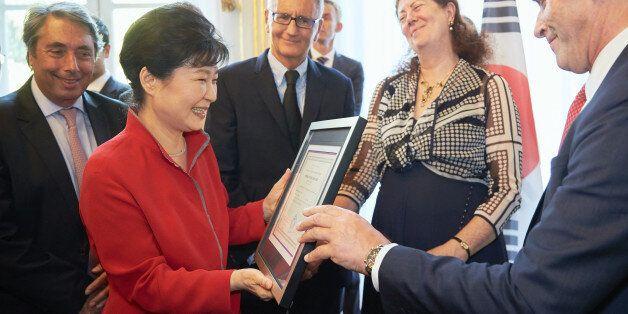 박근혜 대통령이 42년만에 프랑스에서 어학연수 수료증을
