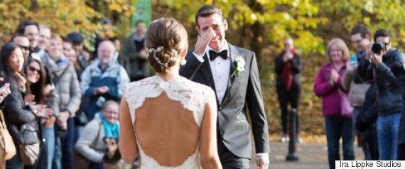 이 신랑은 결혼식장에 들어온 신부를 보고 눈물을